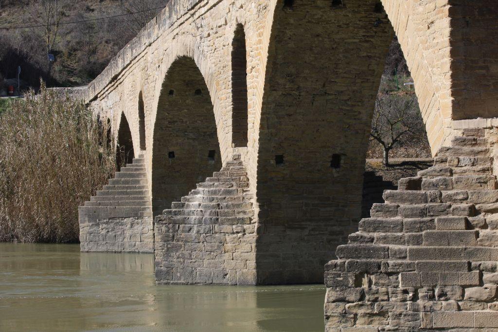 Wellenbrecher der Bruecke Puente la Reina