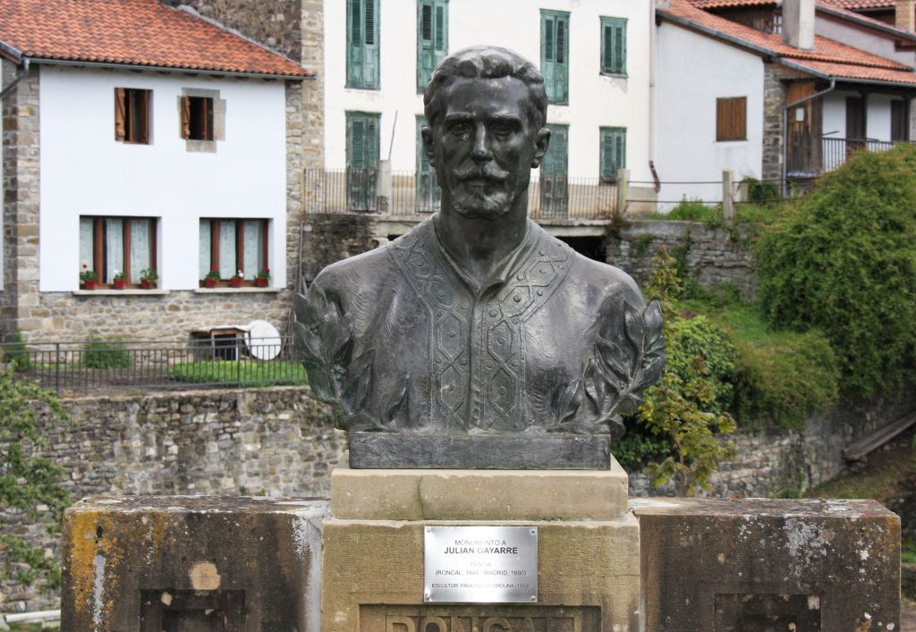 Bueste des Tenors Julian Gayarre vor seinem Geburtshaus in Roncal in Navarra, Spanien