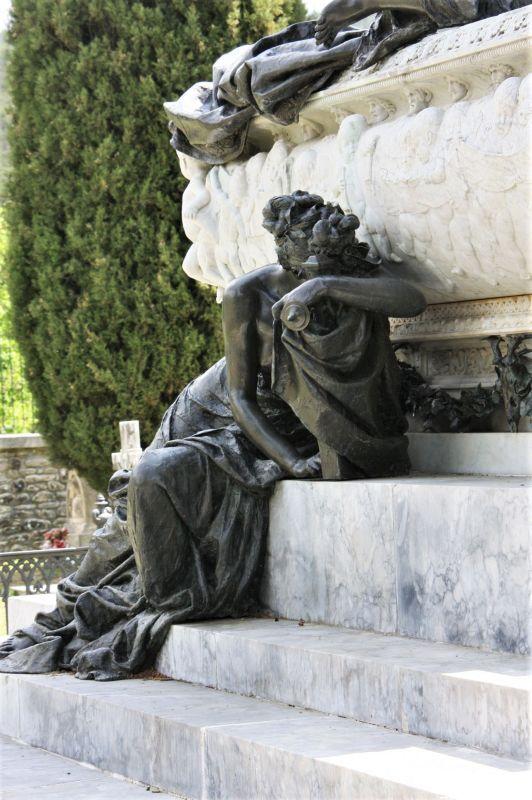 Detail des Mausoleums des Tenors Julian Gayarre auf dem Gemeindefriedhof in Roncal, Navarra. Die weinende Allegorie der Musik trauert zu Fuessen des Mausoleums.