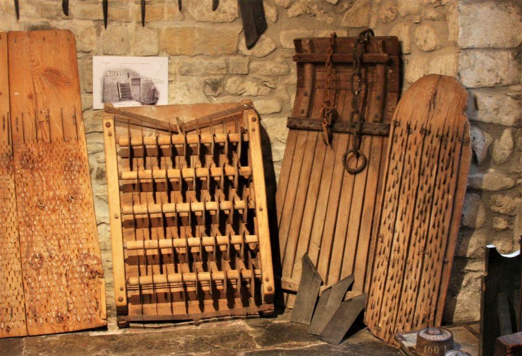 Alte Holzschlitten aus dem Pyrenaental, ausgestellt im Ethnographischen Museum in Isaba