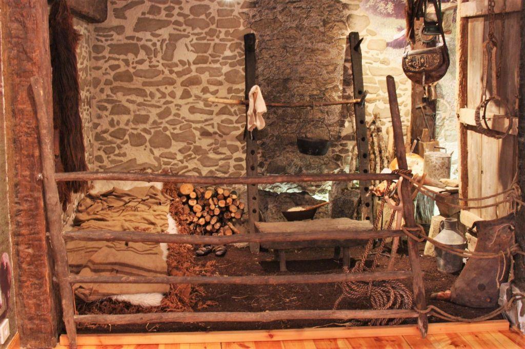 Nachbau einer Schaeferhuette, ausgestellt im Ethnographischen Museum in Isaba
