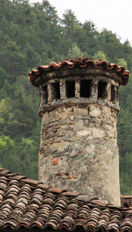Eigenwilliger Schornsteinschmuck in Roncal, Navarra, Spanien