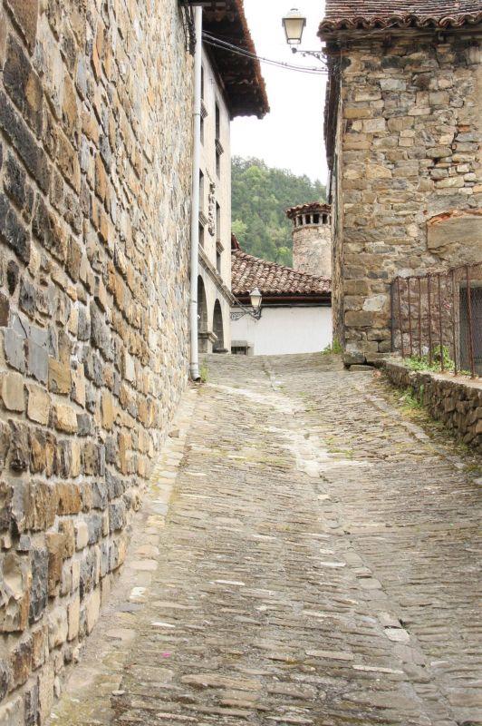 Kopfsteinpflaster-Gasse im Valle de Roncal, Navarra