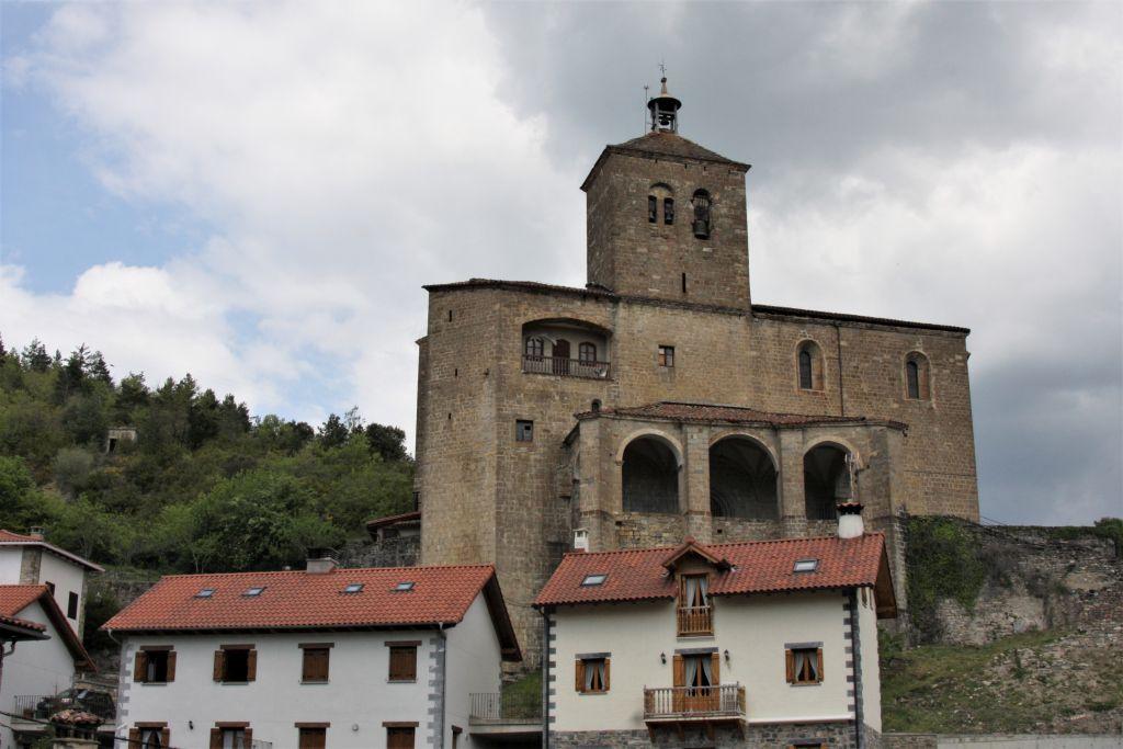 Die wuchtige Wehrkirche San Esteban thront hoch ueber dem Dorf Roncal