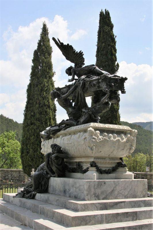 Mausoleum des Tenors Julian Gayarre auf dem Gemeindefriedhof in Roncal, Navarra. Das Mausoleum wird von einer Plastik aus Bronze und Marmor des Bildhauers Mariano Benlliure geschmueckt.