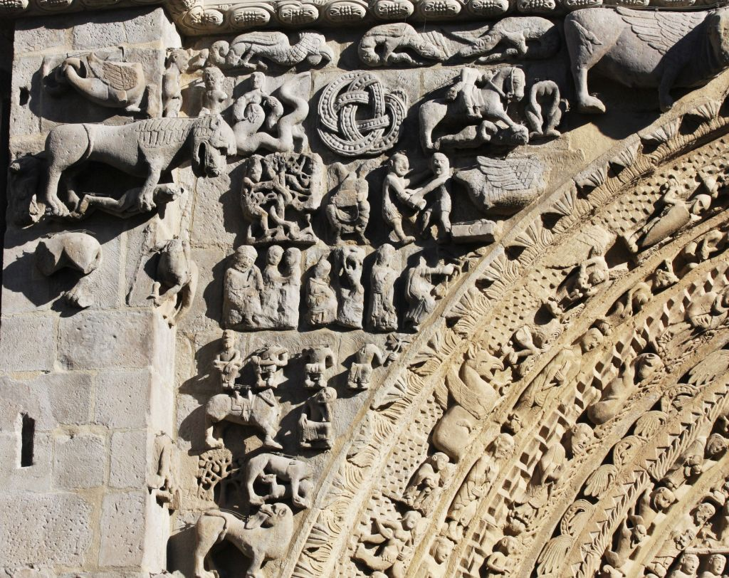 Detail des bildgewaltigen Portals der Iglesia Santa María in Sanguesa