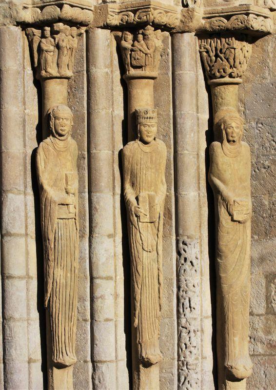 Saeulenfiguren dre drei Marien am Portal der Iglesia Santa María in Sanguesa