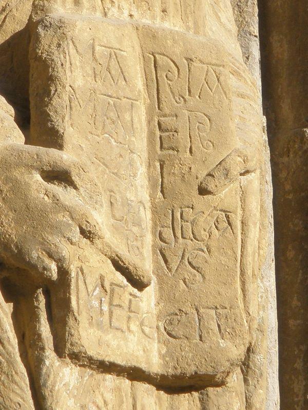 Signatur des Baumeisters Leodegarius am Portal der Iglesia Santa María in Sanguesa