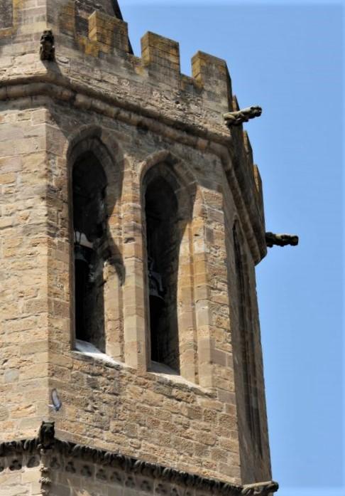 gotische Zwillingsfenster des Glockenturms der Kirche Santa Maria in Sanguesa