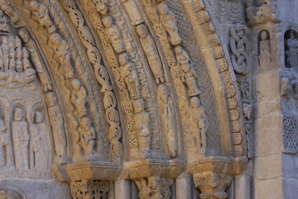 Detail des bildgewaltigen Portals der Iglesia Santa María in Sanguesa, Navarra