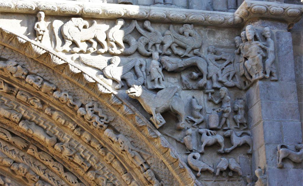 fantastische Mischwesen am Portal der Iglesia Santa María in Sanguesa