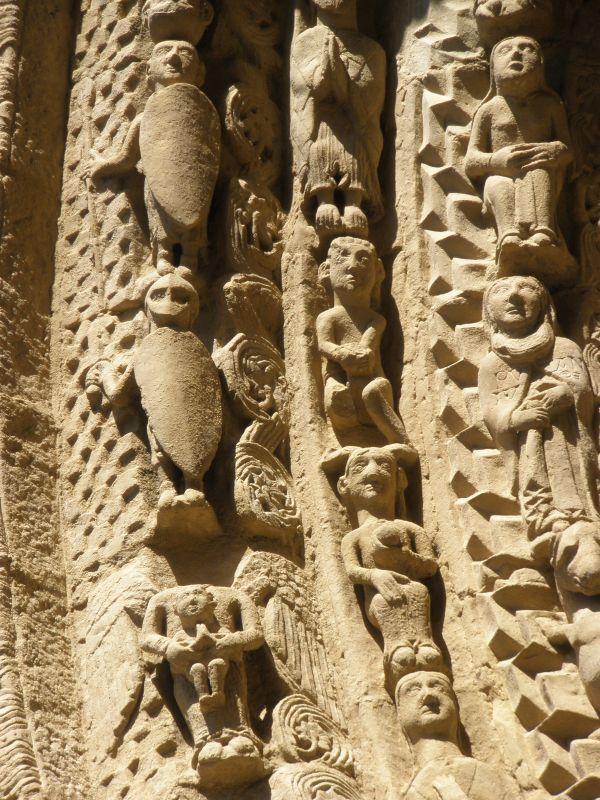 Figuren im Gewoelbebogen des Portals der Iglesia Santa María in Sanguesa