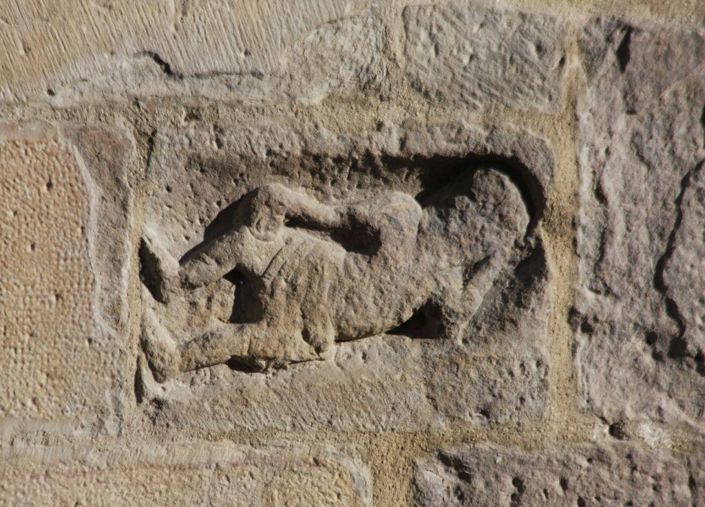Figur eines schlafenden Mannes an der Fassade der Kirche Santa María in Sanguesa