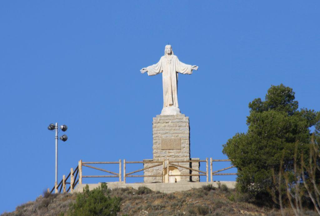 Jesus-Statue auf einem Huegel bei Rocaforte, Navarra