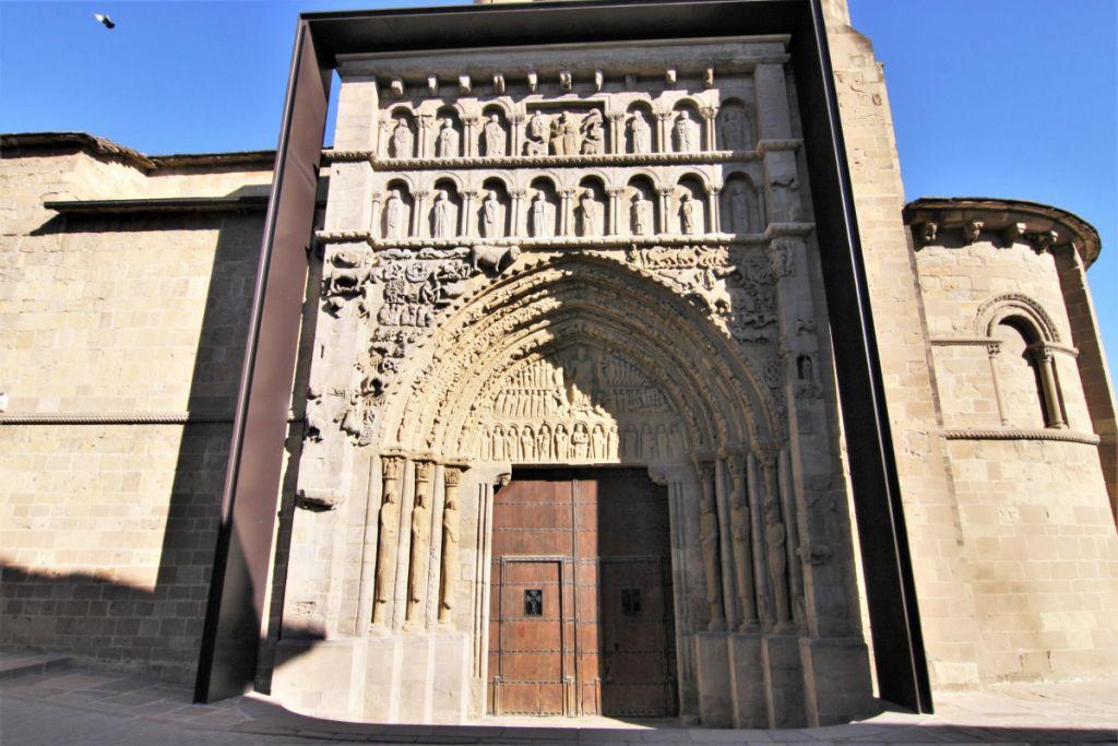 bildgewaltiges Portal der Iglesia Santa María in Sanguesa