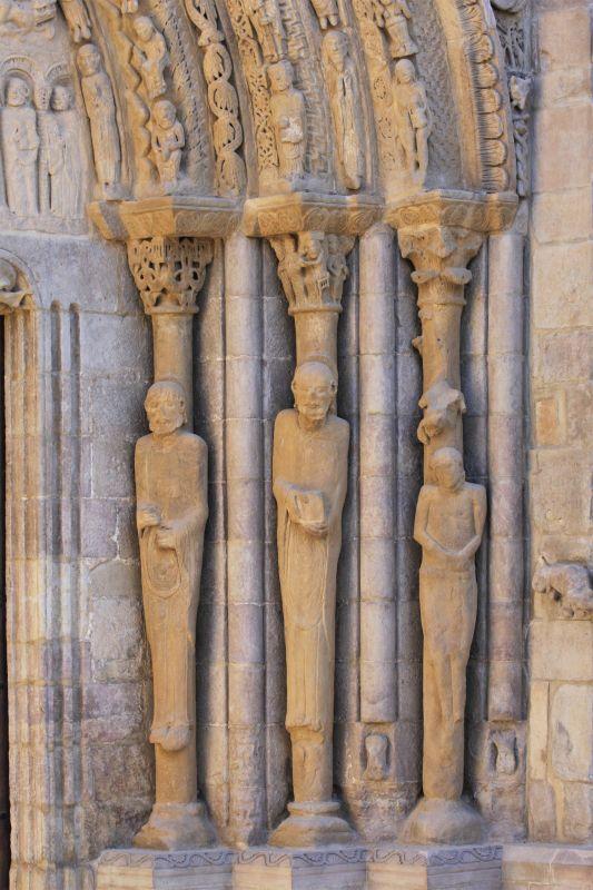 Petrus, Paulus und Judas als Saeulenfiguren am Portal der Iglesia Santa María in Sanguesa