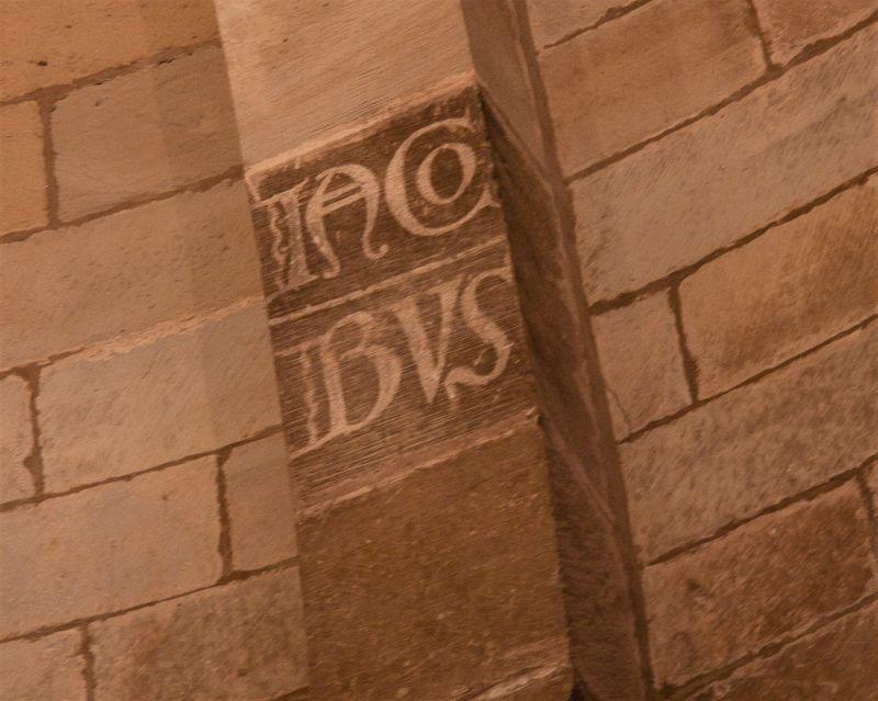 Name des Apostels Iacobus an einem Stuetzpfeiler der Heilig-Grab-Kirche in Torres del Río