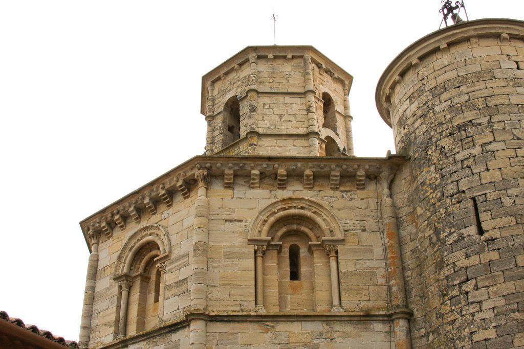 romanische Bogenfenster und achteckiger Turmaufsatz auf der Heilig-Grab-Kirche in Torres del Río