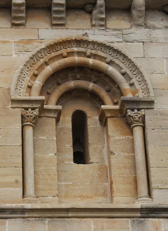 romanisches Bogenfenster an der Heilig-Grab-Kirche in Torres del Río