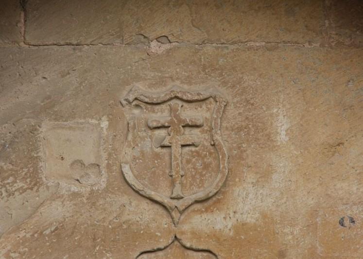 in Stein gemeisseltes Patriarchenkreuz über der Tuere der Iglesia del Santo Sepulcro in Torres del Río