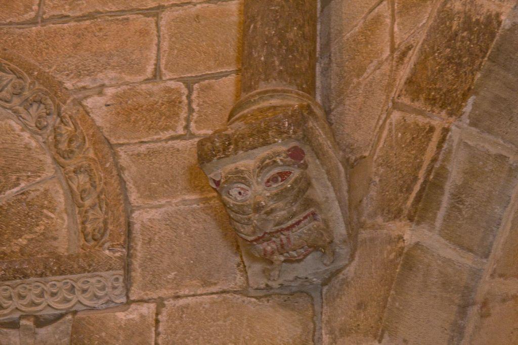 Tierfratze an einem Kapitell in der Kirche Santo Sepulcro in Torres del Río