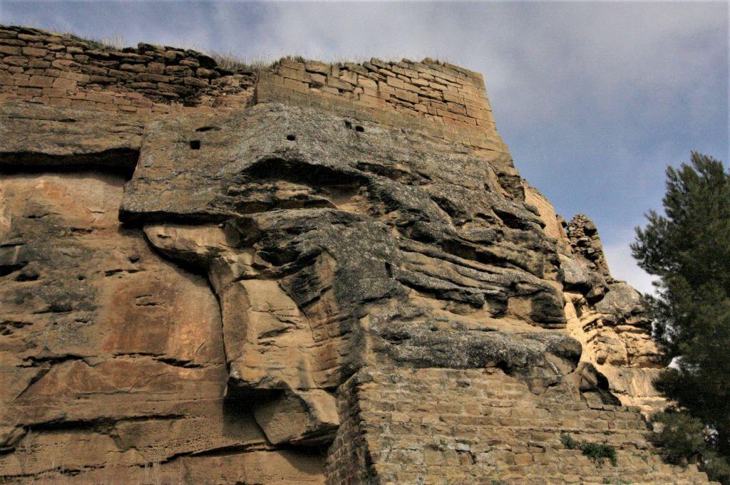 massiver Felsblock mit wenigen Ueberresten der Burg von Uncastillo