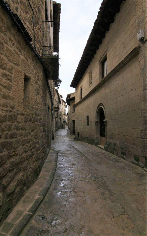 Altstadtgasse mit Kopfsteinpflaster in Uncastillo