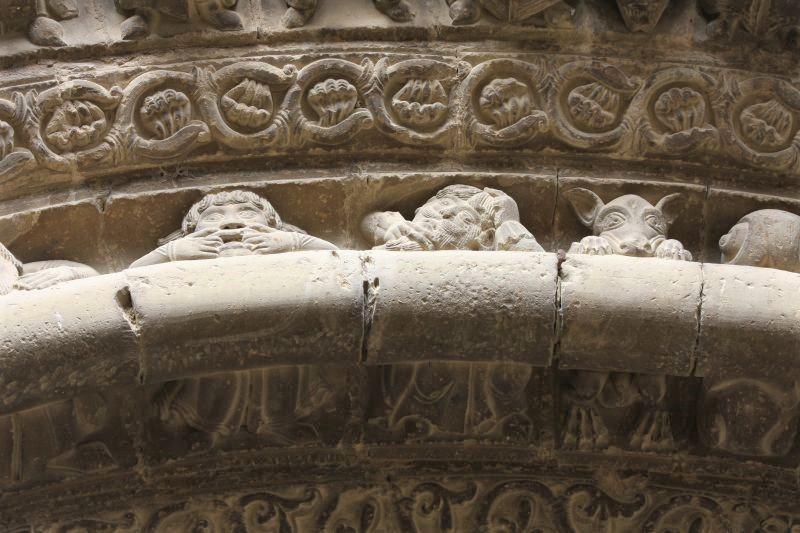 Steinmetzarbeiten im Bogen des Portals der Kirche Santa Maria in Uncastillo