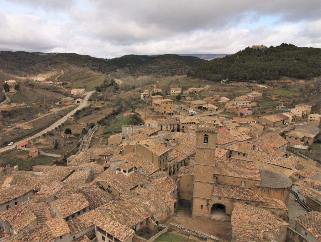 Blick auf die romanische Kirche Santa María in Uncastillo aus der Vogelperspektive