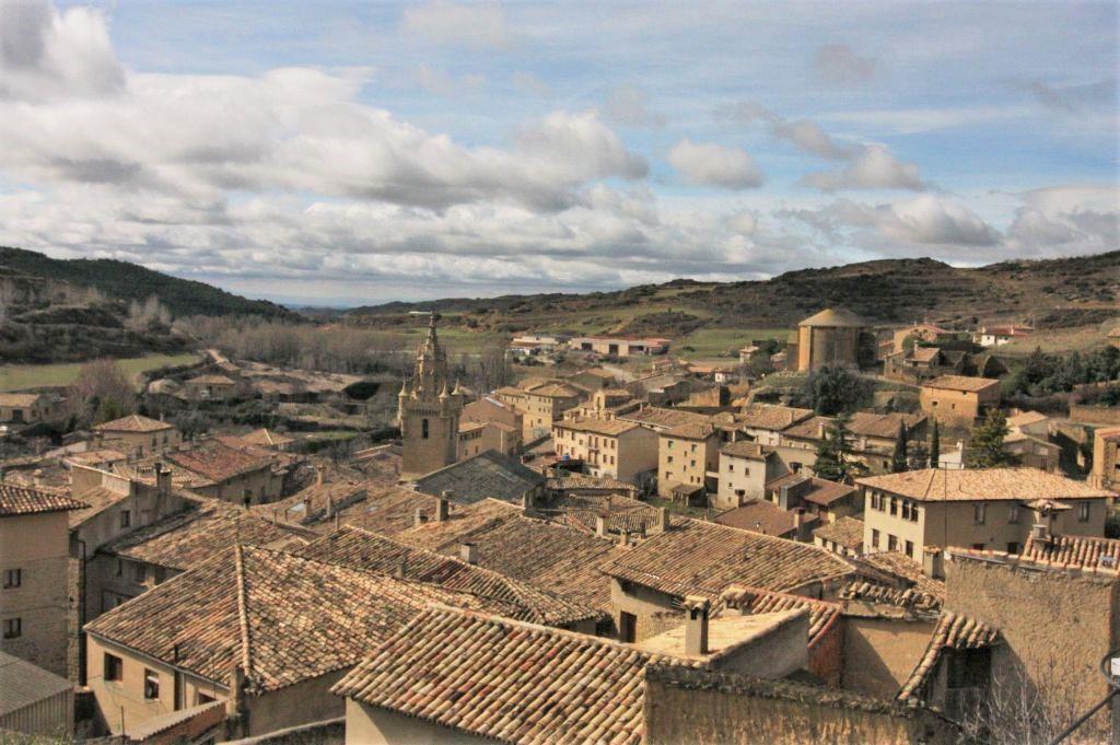 Blick von der Burgruine auf das Dorf Uncastillo in Aragon