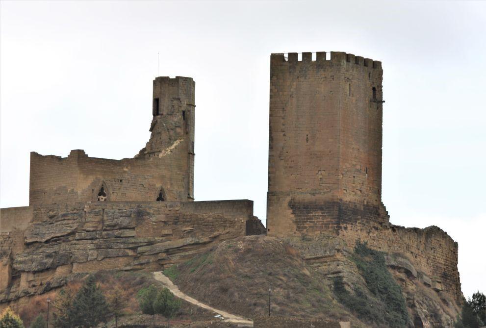 Blick auf den Bergfried und die Ruine des gotischen Palastes in Uncastillo