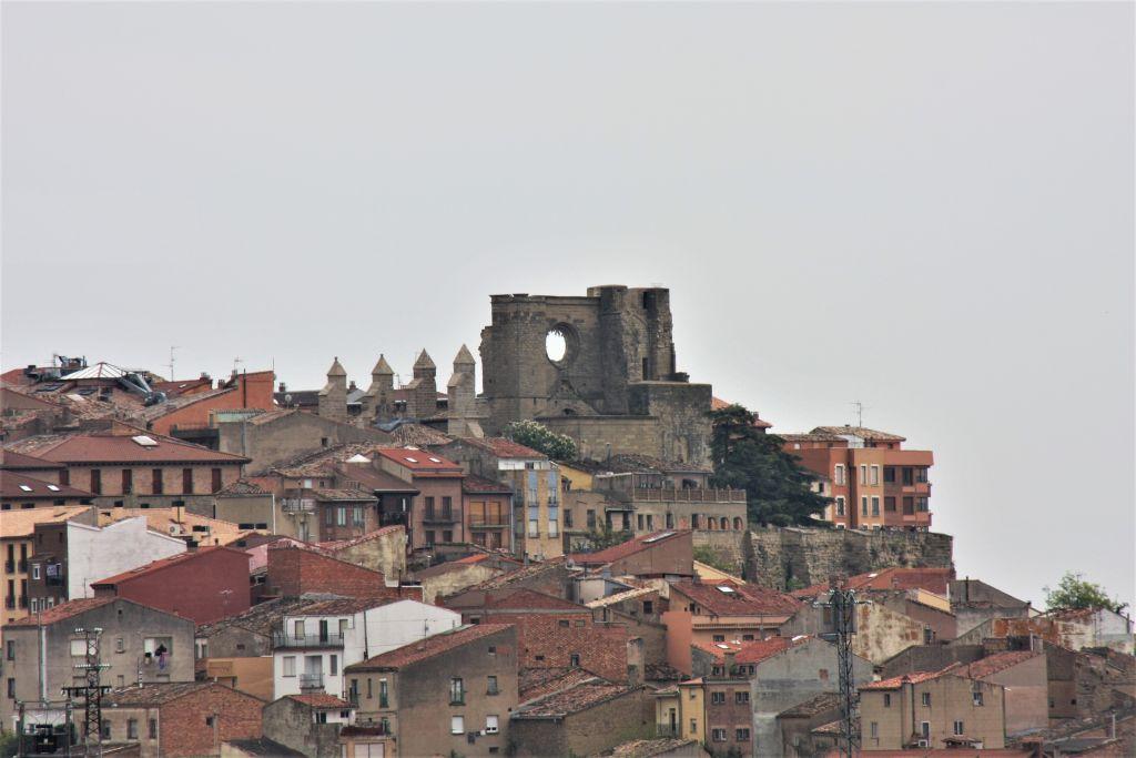 Stadtansicht von Viana mit den Ruinen der San Pedro Kiche