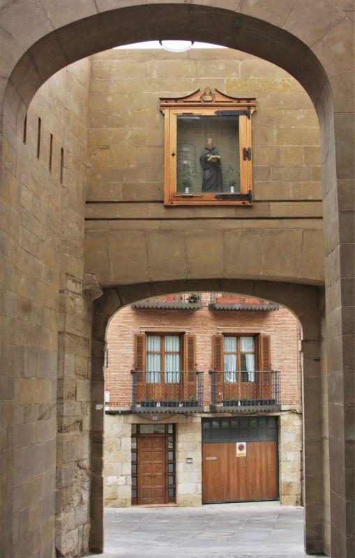 Stadttor mit der Figur Johannes des Taeufers in Viana