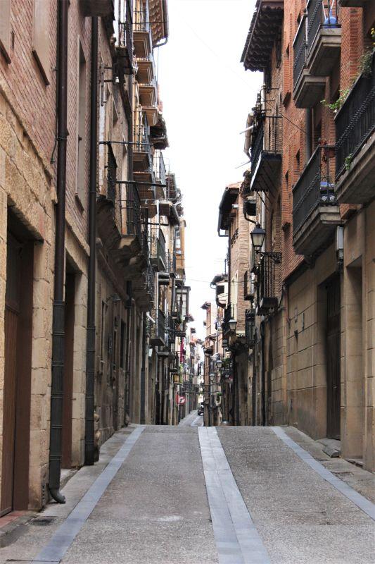 enge Gasse in Viana, Navarra