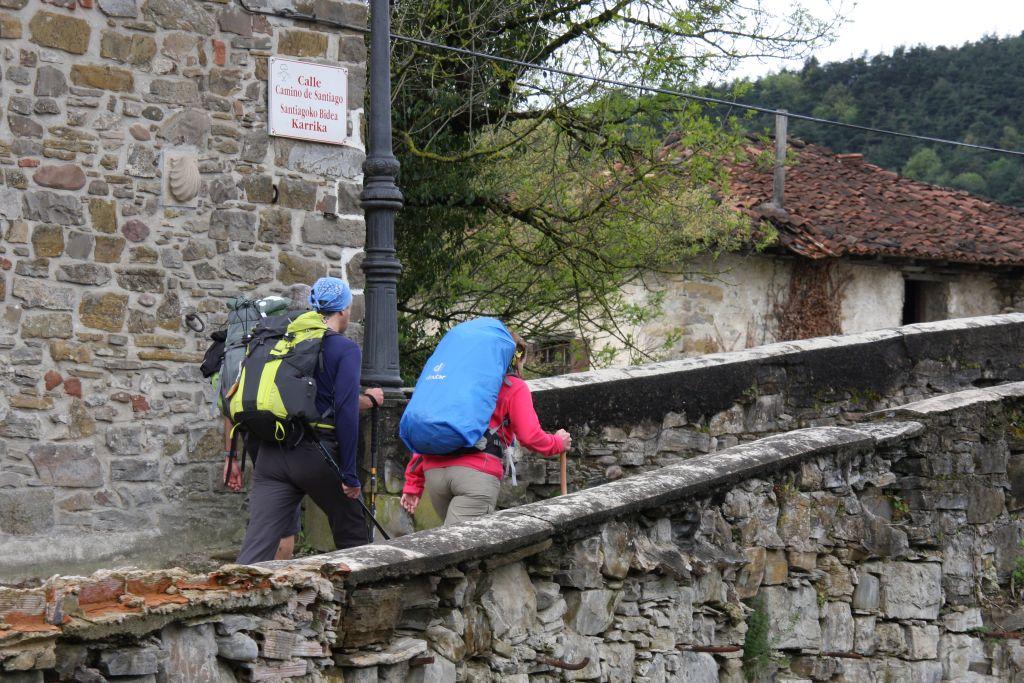 Jakobspilger auf der Puente de la Rabia in Zubiri, im Esteribar-Tal in Navarra