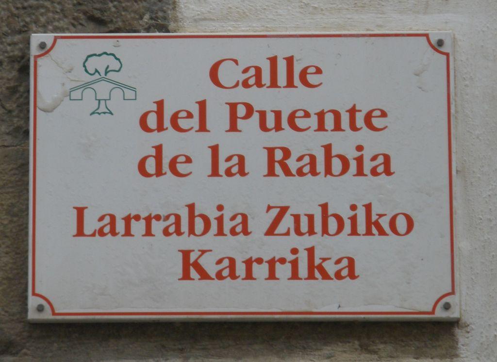 """Strassenschild """"Puente de la Rabia"""" in Zubiri"""
