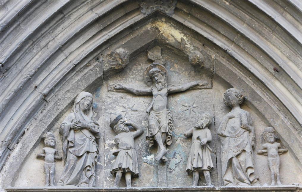 Kreuzigung am Portal der Kirche Santo Sepulcro in Estella