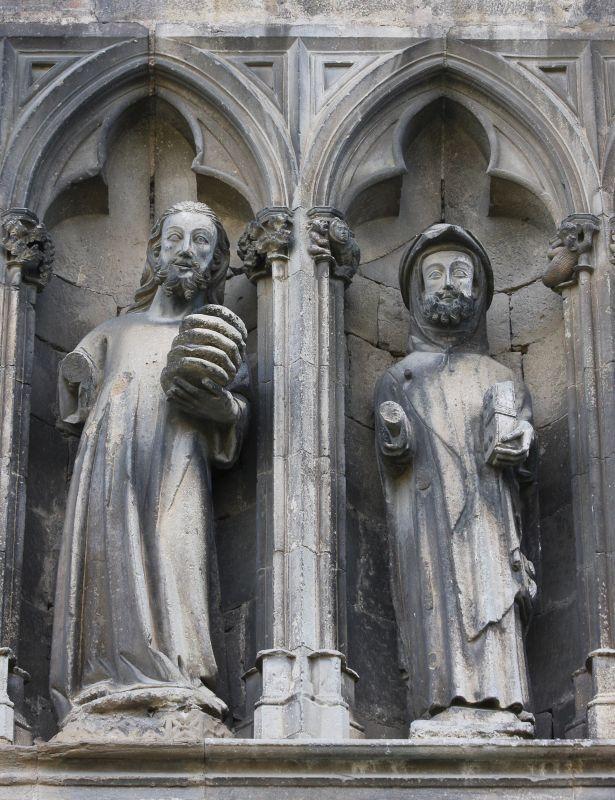 Jesus und der Apostel Jakobus in einer gotischen Nische an der Nordfassade von Santo Sepulcro in Estella