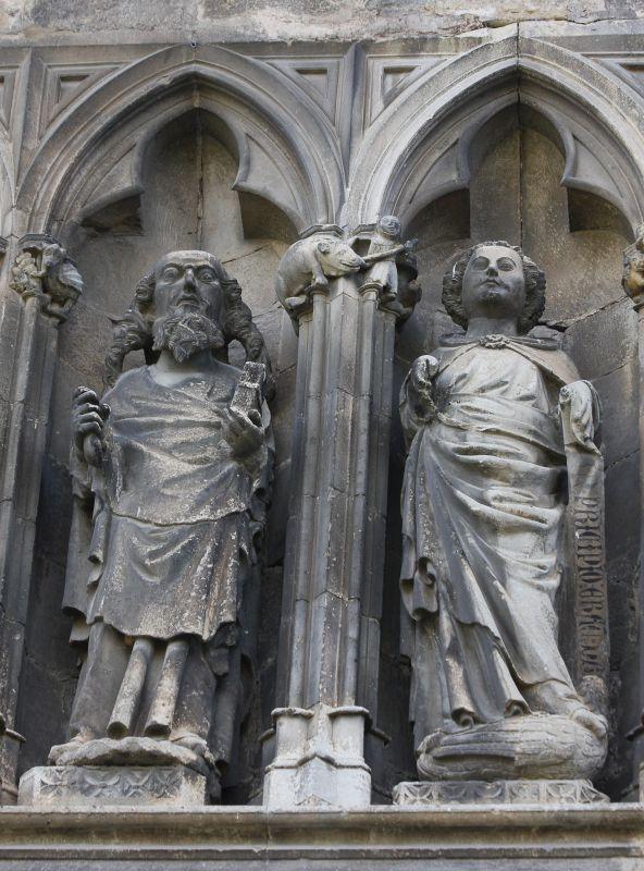 Zwei Apostel in einer gotischen Nische an der Nordfassade von Santo Sepulcro in Estella