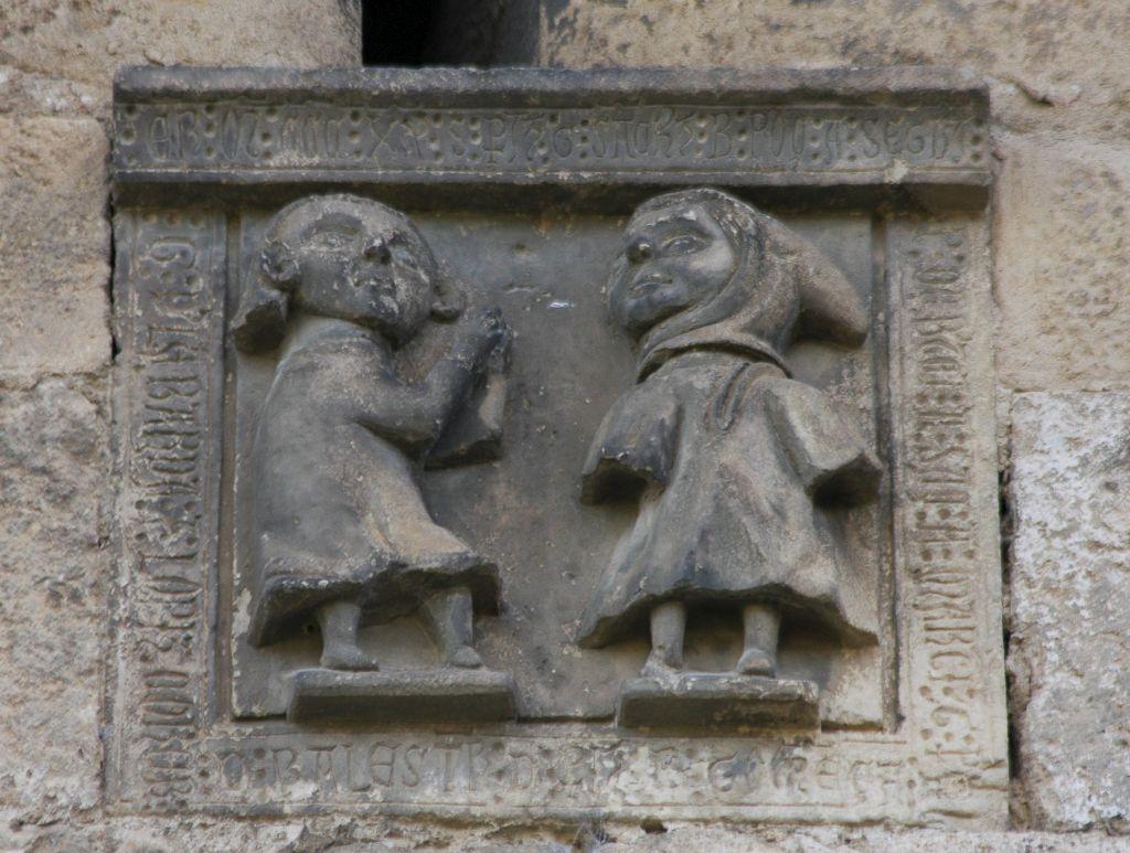 Zwei Miniaturfiguren an der Nordfassade der Iglesia del Santo Sepulcro, Estella