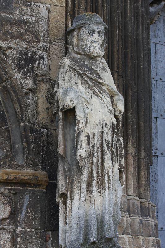 Statue des Apostel Jakobus als Pilger am Portal der der Iglesia del Santo Sepulcro, Estella