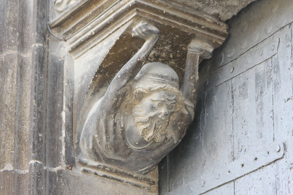 Maennerkopf am Portal der Kirche Santo Sepulcro in Estella