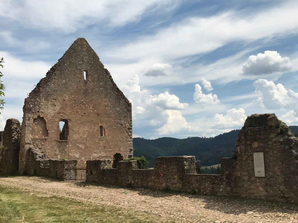 Ruine des Hauses des Burgvogts auf der Festungsruine Hochburg bei Emmendingen