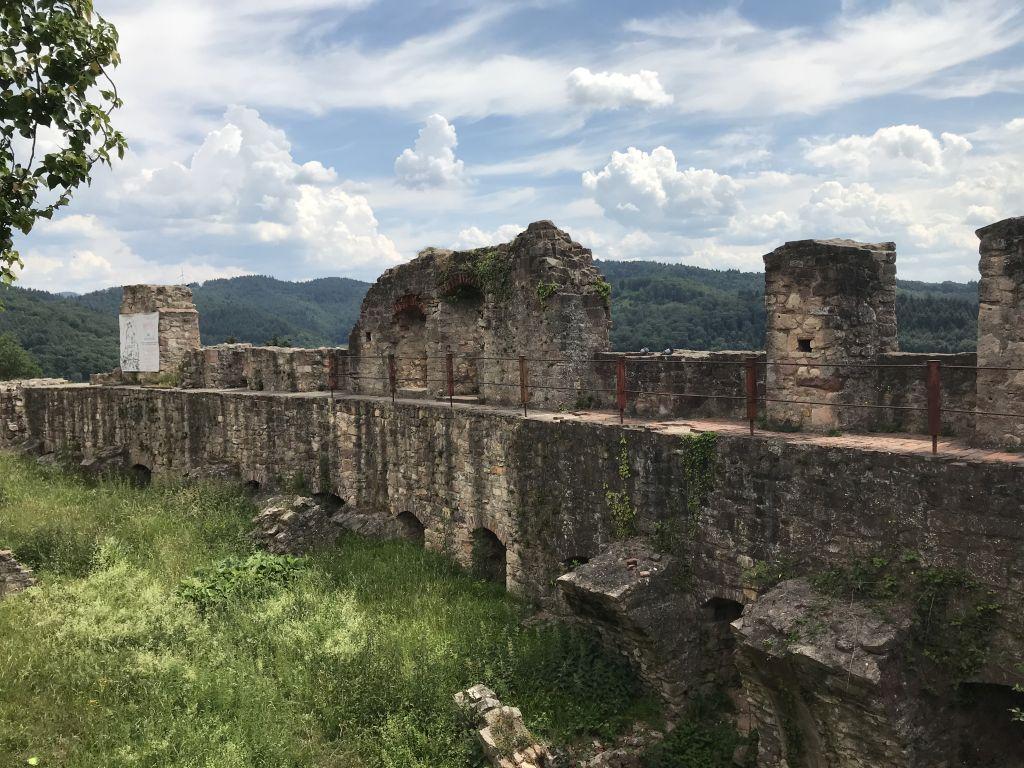 Ruinen des ehemaligen Gewoelbekellers auf der Hochburg