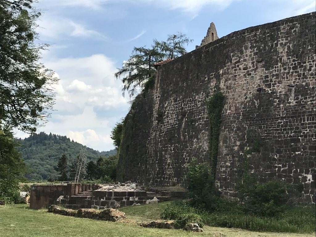 Burgmauer der Festungsruine Hochburg bei Emmendingen