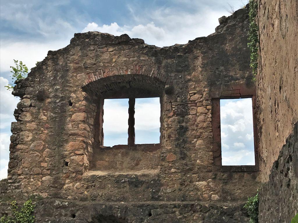 Blick in den blauen Himmel durch Fensterhoehlen der Hochburg bei Emmendingen
