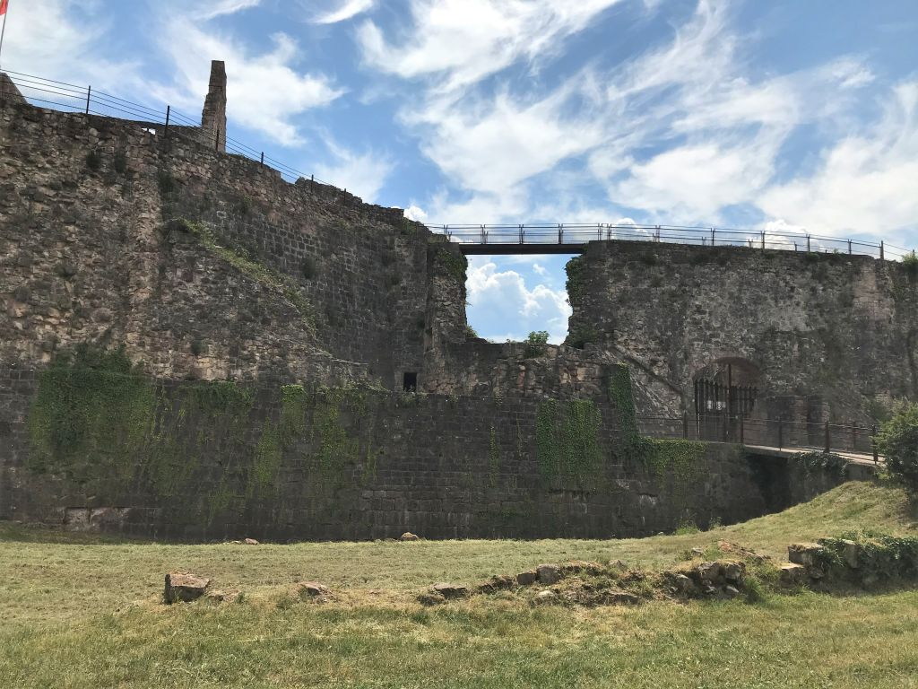 Festungsmauer der Burgruine Hochburg