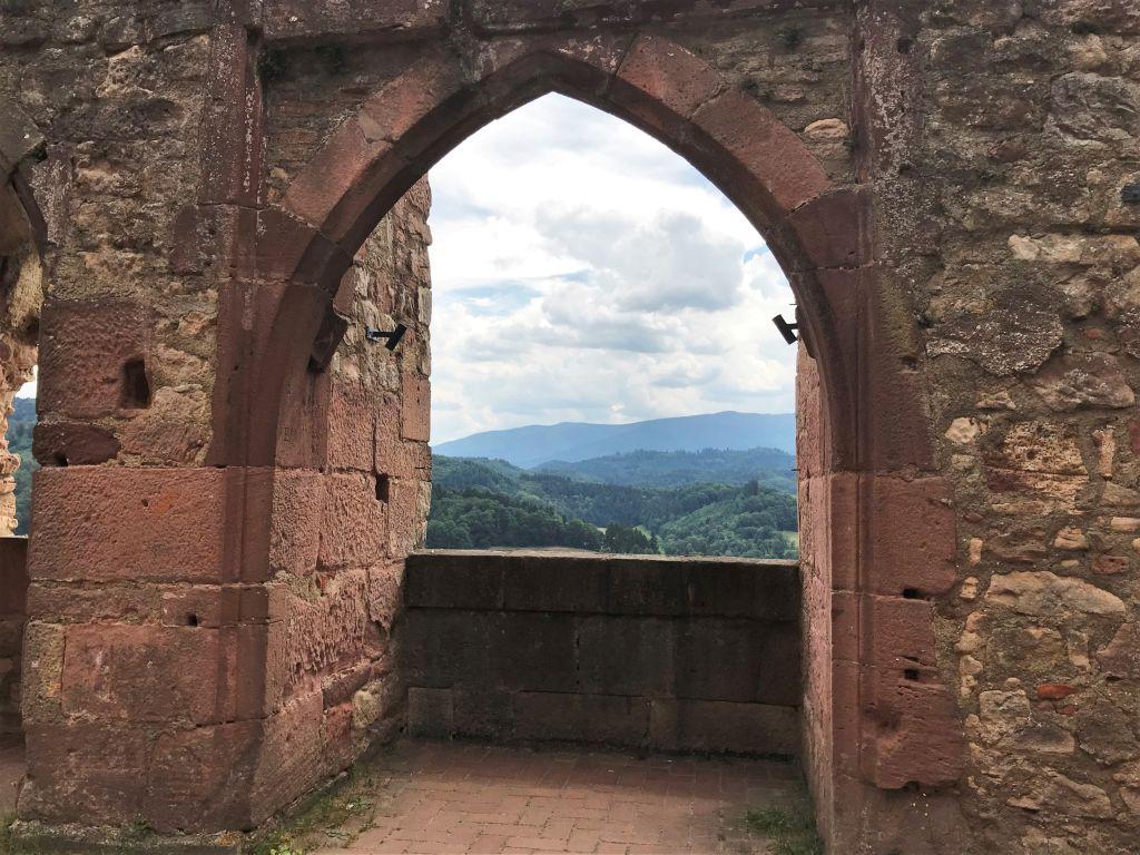 Blick in den Schwarzwald durch ein gotisches Fenster der Festungsruine Hochburg