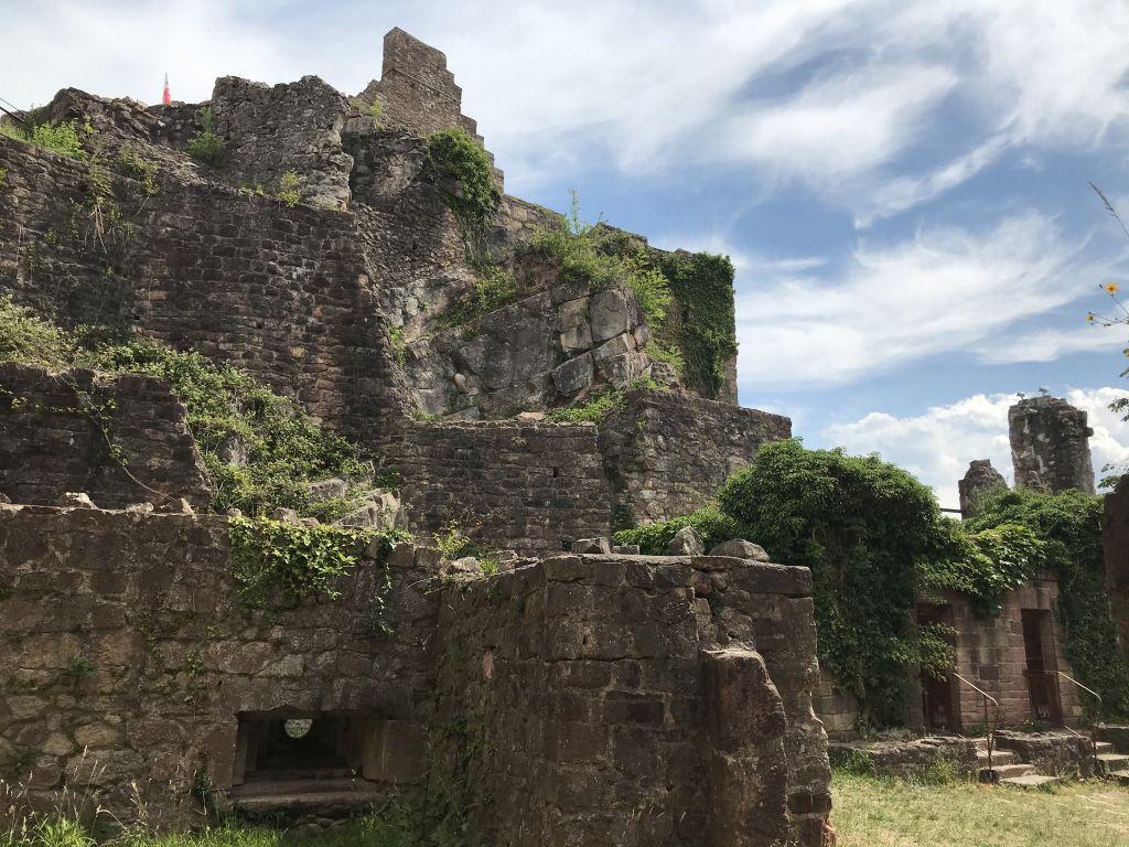 Unterer Burghof der Festungsruine Hochburg