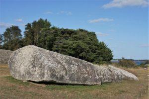 Der zerbrochene Menhir in Megalithenmuseum von Locmariaquer in der Bretagne